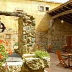 Proposant un cadre pittoresque dans les Pyrénées, l'établissement Agroturisme Sant Dionis est situé dans une ferme du XIIIe siècle, dans le village de Campllong. Cet établissement rustique abrite un restaurant catalan traditionnel.