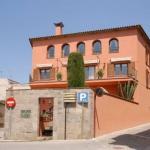 L'hôtel Casa Clara se trouve dans le centre historique de Castelló d'Empúries, dans la région d'Alt Empordà, en Catalogne. Il propose des chambres élégantes et climatisées, dotées d'une connexion Wi-Fi gratuite et donnant sur la vieille ville médiévale de Castelló.