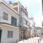 Roses: séjournez au cœur de la ville  L'Hostal Can Salvador est situé à 200 mètres de la plage de Roses et à 5 minutes à pied du port de plaisance. Il possède un toit-terrasse meublé, une réception ouverte 24h/24 et un café-bar sur place.