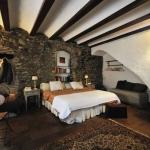 Cette maison rénovée du XVe siècle propose des chambres charmantes et rustiques, dotées d'une connexion Wi-Fi gratuite et d'une terrasse surplombant le village médiéval de Corçà. Les plages L'Estartit et Palafrugell de la Costa Brava se trouvent à 30 minutes de route de la propriété.