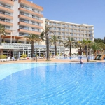 L'Aparthotel Costa Encantada se trouve dans un vaste domaine et bénéficie d'un cadre magnifique entre mer et montagnes. Situé dans le quartier résidentiel de Fenals, il dispose d'une grande piscine extérieure et d'une terrasse bien exposée.
