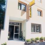 L'Hotel El Pescador, établissement à la gestion familiale, est situé à 50 mètres de la rivière Fluvià, dans le centre-ville de San Pere Pescador. Il se trouve à 5 minutes de route de la longue plage de sable de San Pedro.