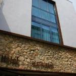 Alliant un style contemporain et une atmosphère de bord de mer traditionnelle, le charmant Hotel Marisqueria Cal Tet est situé sur le littoral de la Costa Brava, dans la ville de L'Estartit. L'établissement se trouve dans une rue piétonne.