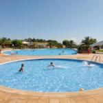 Ce camping paisible vous propose une piscine extérieure en saison et des bungalows modernes entièrement équipés. Il est aménagé en pleine campagne, à seulement 15 minutes de route des plages de la Costa Brava.