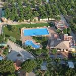Entouré par une pinède, le Camping Bella Terra dispose d'un accès direct à la plage de S'Abanell. Il propose 2 piscines extérieures et diverse d'installations sportives.
