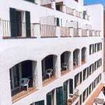 Lloret de Mar: séjournez au cœur de la ville  L'Hotel Caleta vous accueille à seulement 50 mètres de la plage de Lloret de Mar. Il vous propose des chambresavec salle de bains privative, un petit-déjeuner buffet et une connexion Wi-Fi accessible gratuitement dans l'ensemble de ses locaux.