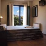 Situé au cœur de la ville médiévale de Besalú, l'Hotel 3 Arcs vous propose des chambres modernes dotées de la télévision par satellite. Une connexion Wi-Fi est fournie sans supplément dans tous ses locaux et un parking public gratuit est présent à proximité.