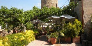 L'Hotel Restaurante El Fort est situé à Ullastret, à 10 minutes de route de La Bisbal d'Empordà et à 15 minutes de la plage. Cet hôtel rustique bénéficie d'une connexion Wi-Fi gratuite et abrite un restaurant avec une terrasse donnant sur la campagne.