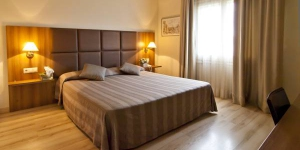 L'Hôtel Pirineos est situé dans le centre de Figueres, à quelques pas du Musée Dalí. Les chambres comprennent une télévision à écran LCD de 66 centimètres et une connexion Wi-Fi gratuite.