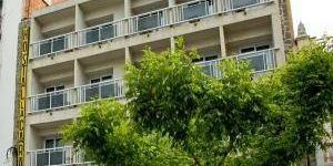Roses: séjournez au cœur de la ville  Cet hôtel se situe dans la pittoresque station balnéaire de Roses, à seulement 30 mètres de la plage et de la magnifique baie. L'hôtel La Carabela occupe un bel emplacement dans le centre de de la ville catalane de Roses ; il est idéal pour un séjour sur la Costa Brava.