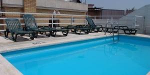 Lloret de Mar: séjournez au cœur de la ville  L'Apartamentos Santi est situé dans le centre de Lloret de Mar, à 400 mètres de la plage et de la promenade. Doté d'une petite piscine commune sur le toit, il propose des appartements climatisés avec un balcon privé.