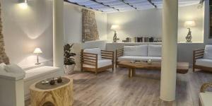 Situé dans la charmante ville historique de Begur, l'El Petit Convent propose de jolies chambres dotées d'une connexion Wi-Fi gratuite. Il bénéficie d'une terrasse intérieure couverte donnant sur la vieille ville.