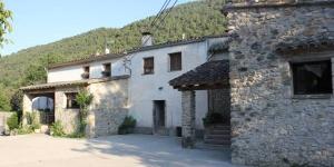 Le Can Carreras est une maison du XVIIIe siècle située dans le milieu naturel de l'Alt Empordà et de l'Alt Garrotxa. La maison est implantée dans un espace naturel protégé et offre des vues spectaculaires sur les montagnes.