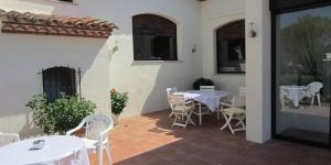 Le Restaurante y Apartamentos Can Mora bénéficie d'un emplacement paisible sur un domaine à Darnius. Il occupe une charmante villa blanchie à la chaux.