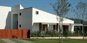 Bénéficiant d'un cadre paisible, à Maia de Montcal, la Fustana vous propose des chambres spacieuses dotées d'une terrasse. L'établissement occupe un bâtiment moderne, construit à partir de matériaux recyclés et de bois issu de forêts locales.