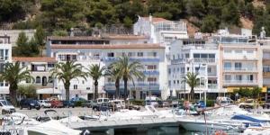 L'hôtel à la gestion familiale Les Illes est situé face à L'Estartit Port et jouit d'une vue sur îles Medes. Situé à seulement 5 minutes à pied de la plage, ce petit hôtel possède un bar et un restaurant.