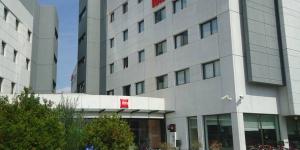 L'Ibis Girona dispose d'un parking gratuit et d'un bar ouvert 24h/24. Il est situé à seulement 250 mètres de l'hôpital Josep Trueta et à 1,5 km du centre historique de Gérone.