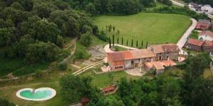 L'Aiguabella est un superbe manoir datant du XIIIe siècle situé à Sant Feliu de Pallerols, dans la vallée d'Hostoles. Les charmants appartements de l'Aiguabella donnent sur de jolis jardins et l'établissement possède une piscine extérieure ouverte en saison.