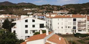 Situé dans le centre de la vieille ville pittoresque de Cadaqués, cet hôtel traditionnel blanchi à la chaux ne se trouve qu'à 50 mètres de la plage. Ses chambres simples disposent d'un balcon privé.