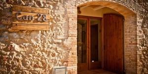 Situé à La Bolleria, à moins de 15 minutes de route des plages de L'Escala et de San Marti de Empuries, le Can 28 propose des chambres de style rustique dotées d'une salle de bains privative. Il possède un jardin pourvu d'une piscine extérieure et d'un barbecue.