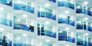Lloret de Mar: séjournez au cœur de la ville  Situé à seulement 1 minute à pied de la plage de Lloret de Mar, l'établissement Apartamentos Blau dispose d'une piscine sur le toit et d'une réception ouverte 24h/24. Chaque appartement climatisé possède un balcon meublé donnant sur la rue.