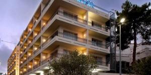 Lloret de Mar: séjournez au cœur de la ville  Situé à seulement 450 mètres de la plage de Lloret de Mar, l'hôtel H Top Alexis possède une piscine extérieure, un jacuzzi et une terrasse ensoleillée. Chaque chambre fonctionnelle dispose d'un balcon, de la climatisation et de la télévision par satellite.