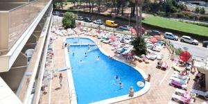 Le Royal Star vous accueille dans un lieu paisible à 10 minutes à pied de la plage de Fenals. Il propose une grande piscine extérieure et un spa.