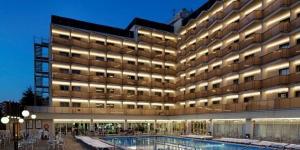 L'établissement H Top Royal Beach dispose d'une piscine extérieure et d'un toit-terrasse équipé d'une baignoire spa. Situé à 50 mètres de la plage de Fenals à Lloret de Mar, il propose des chambres avec balcon.