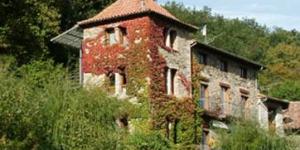 Situé dans une jolie maison de maître dans la vallée deRocabruna, l'établissement Casa Etxalde est situé à 8 km de Camprodon, dans les Pyrénées catalanes. Il est entouré de jardins verdoyants et d'une piscine extérieure.