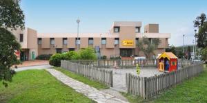 L'AS Porta Catalana est un hôtel moderne situé à seulement 6 km de la frontière franco-espagnole, sur l'autoroute AP-7. Il constitue une étape idéale pour les personnes longeant la Méditerranée au sud, ou au nord pour se rendre en France.