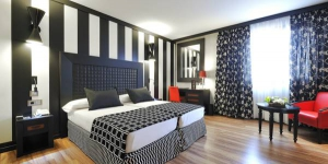 L'établissement Salles Hotel Aeroport de Girona dispose d'un service de navette gratuit vers l'aéroport de Gérone-Costa Brava, situé à 800 mètres. Vous profiterez gratuitement d'un grand spa avec piscine et d'un bain à remous.