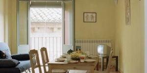 L'établissement Apartamentos Saltarel·lo est situé dans la vieille ville de Besalú, à côté de la rivière Fluvià et du célèbre pont roman. Les appartements disposent d'une connexion Wi-Fi gratuite.