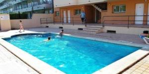 Situé à 800 mètres de la plage de L'Estartit, l'établissement RVHotels Apartamentos Els Salats dispose d'une piscine extérieure et d'une terrasse bien exposée. Chaque appartement possède un balcon privé, une kitchenette et une télévision.