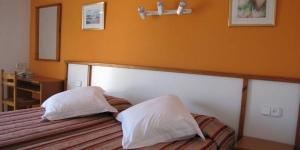L'hôtel Nou Estrelles se trouve à 5 minutes à pied de la vieille ville et de la plage de la charmante station balnéaire de Cadaqués. Il propose des chambres simples et confortables dotées d'une télévision à écran plat.