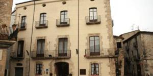 L'Hotel Comte Tallaferro est situé au cœur de la cité médiévale de Besalú et fait face à l'église Sant Pere. Ses chambres spacieuses offrent des vues sur la place et disposent d'un minibar gratuit.