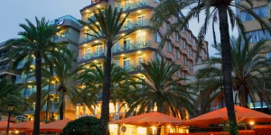 Lloret de Mar: séjournez au cœur de la ville  Le Marsol se situe sur le front de mer de Lloret de Mar, sur la Costa Brava, en Catalogne. Il possède un centre de remise en forme, un sauna ainsi qu'une piscine sur le toit avec terrasse et chaises longues.