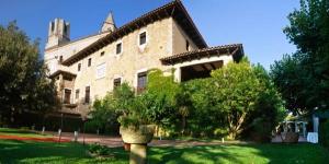 Le RVHotels Hotel Palau Lo Mirador propose des chambres climatisées dans un bâtiment rénové du XIVe siècle à Torroella de Montgrí, dans la région du Baix Empordà, en Catalogne. Il met à votre disposition un parking gratuit et de beaux jardins avec une piscine extérieure.