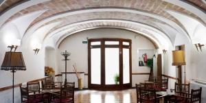 Cet établissement occupe un bâtiment datant du début du XIXème siècle situé dans le centre de Caldes de Malavella, une commune célèbre pour ses sources et ses thermes romains. L'Hostal Fabrellas dispose de jolies terrasses arborées.