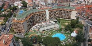 Situé à 500 mètres de la plage de Fenals, l'hôtel Samba vous propose une piscine extérieure ouverte en été et une vue sur Lloret. Les chambres fonctionnelles sont toutes dotées d'un balcon privé.
