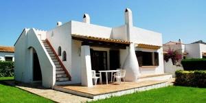 Doté d'une piscine extérieure ouverte en saison, l'Holiday Home Vall Gran est installé à L'Estartit, à 3 km de la plage et des commerces. Vous pourrez stationner gratuitement sur place.
