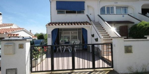 This is a semi-detached house with communal pool 30 meters away. It has a kitchen, 3 bedrooms and 2 bathrooms.