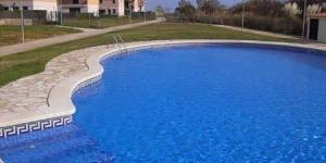 Situées à seulement 100 mètres de la plage de Mas Pinell, les charmantes maisonsdu Mas Pinell sont aménagées au sein d'un complexe comprenant une piscine extérieure et des jardins. Le Mas Pinell est implanté à moins de 15 minutes de route du massif de Begur et de3 parcours de golf.