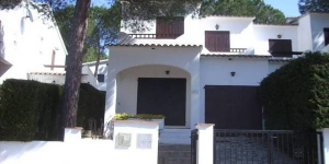 This semi-detached holiday home with communal swimming pool is located in the beach resort of L Escala. From the ground floor you walk up a Spanish step to the bedrooms.