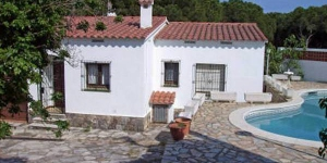This semi-detached holiday home with a private swimming pool in the beach town of L Escala is located only 1km from the sea at the edge of the forest. The holiday home is on one floor and a spacious living room.