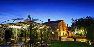 Le Mas Tapiolas vous accueille au sein d'une maison de campagne traditionnelle du XVIIIe siècle, à seulement 10 km de la côte, à Solius. Cet établissement dispose d'une piscine extérieure entourée de superbes jardins.