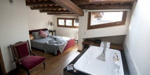 Occupant une maison de ville traditionnelle, cette charmante maison d'hôtes propose 4 chambres doubles décorées avec soin. Elle dispose également un restaurant et d'une connexion Wi-Fi gratuite.