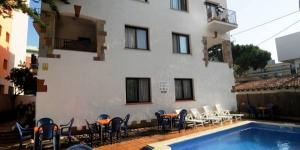 Lloret de Mar: séjournez au cœur de la ville  Le complexe Apartamentos Caribe Lloret est situé à 100 mètres de la plage de Lloret de Mar. Il propose une piscine extérieure et des appartements et studios avec balcon.