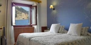 Situé au pied de la vieille ville, sur le front de mer de Tossa de Mar, l'Hotel Cap d'Or possède un restaurant sur place, une terrasse et des chambrespourvues d'uneconnexion Wi-Fi gratuiteainsi que d'unesalle de bains privative. Ses chambres lumineusessont décorées de façon individuelle et disposent d'une télévision par satellite à écran plat, tandis que la plupart d'entre elles sont climatisées et offrent une vue sur la plage.