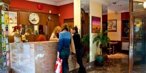 Installé dans le centre de Figueras, l'Hotel Los Angeles est un établissement à la gestion familiale. Il se trouve à seulement 150 mètres du musée-théâtre Salvador Dalí, et propose des chambres climatisées comprenant une télévision par satellite à écran LCD et une douche à effet pluie.