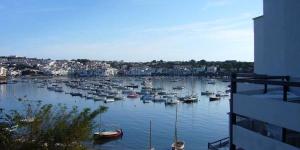 L'hôtel Llané Petit est situé sur une petite plage à Cadaqués, à seulement 5 minutes à pied du centre-ville. Il propose une piscine extérieure ouverte en saison et des chambres climatisées avec balcon.
